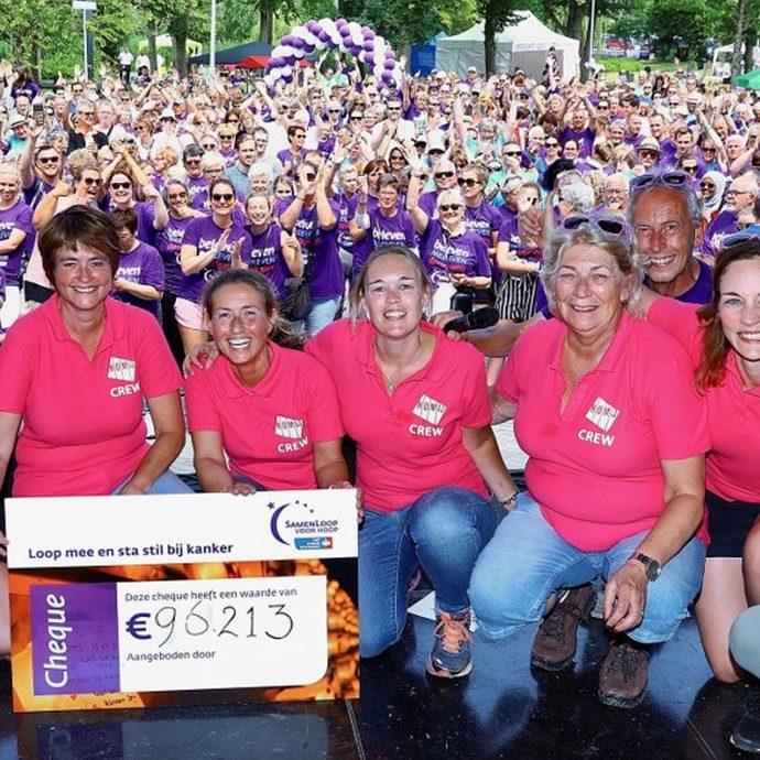 Foto van cheque opbrengst Samenloop voor Hoop Delft
